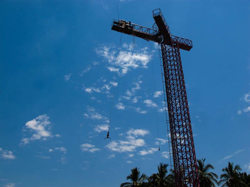 Salto bungee Tequesquitengo, Morelos. 60 metros de altura, servicios de restaurante, lanchas y motos acuáticas