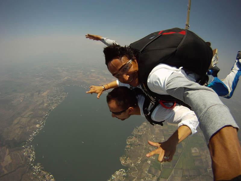 Paracaidismo tándem (con instructor) en el lago de Tequesquitengo, Morelos. La zona con más actividades aéreas del país.