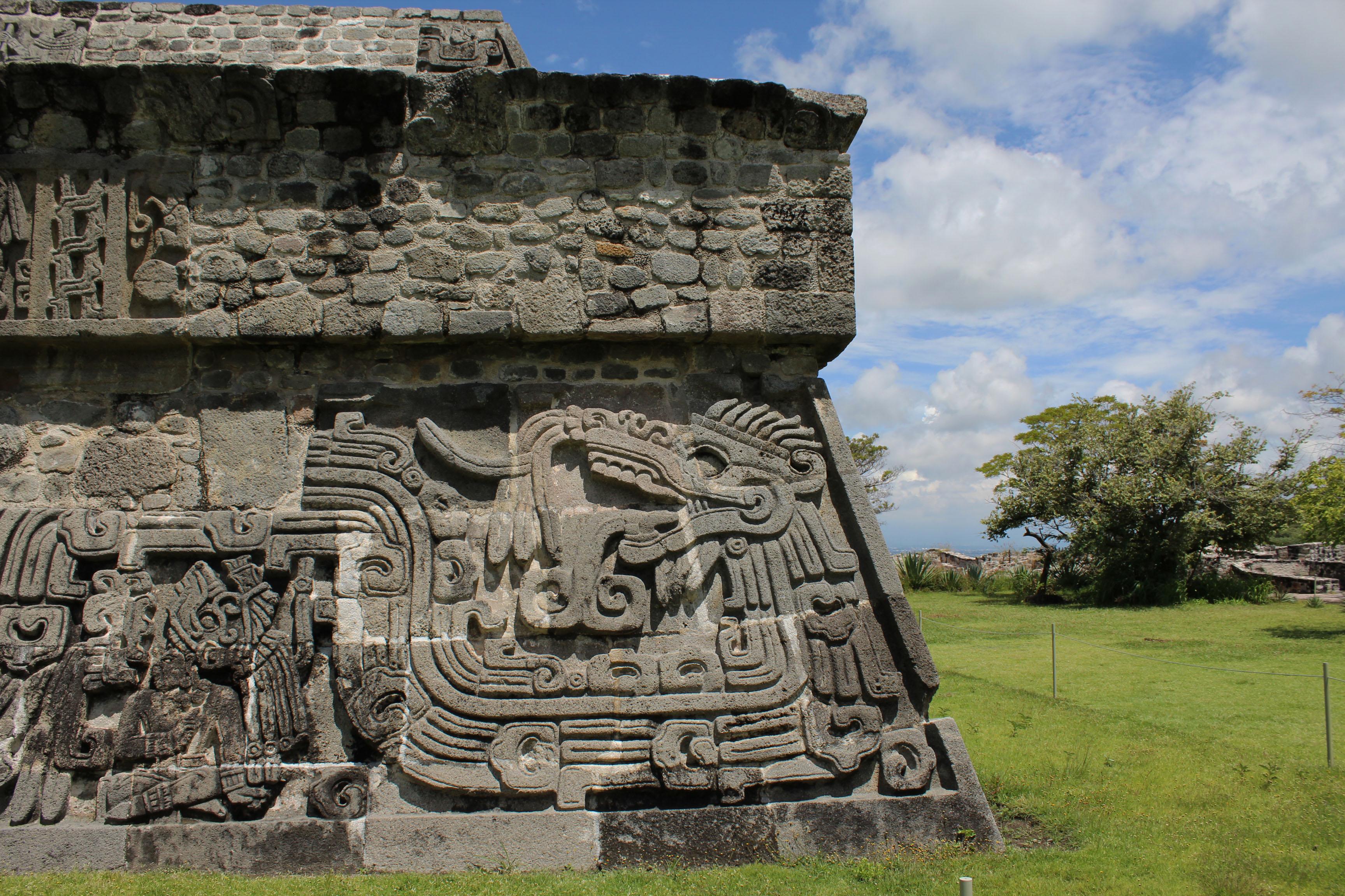 Zona arqueológica de Xochicalco a 40 minutos del lago de Tequesquitengo. La cuarta zona arqueológica más visitada del país.